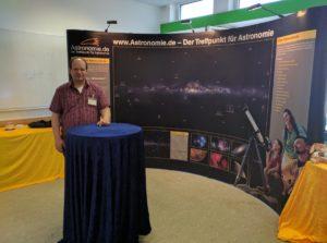 Stefan van Ree am Stand von astronomie.de